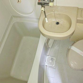 キッチンの反対側は3点ユニット。シャワーカーテンを準備しましょう。(※写真は同じ建物の3階の写真です。)