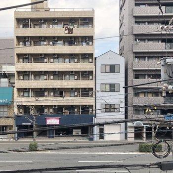 建物は道路に面しています。交通量多めかも。(※写真は同じ建物の3階の写真です。)
