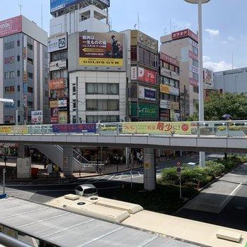 駅前は多数のお店で賑わってます。