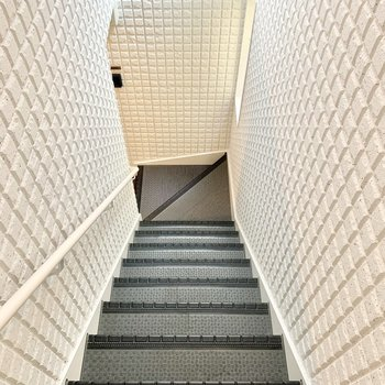 階段は少々狭め。ご注意ください。