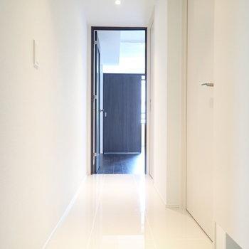 玄関から居室までは同じ床です!(※写真は4階の同間取り別部屋のものです)
