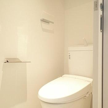 スマートなトイレ。ウォシュレットつき!(※写真は4階の同間取り別部屋のものです)
