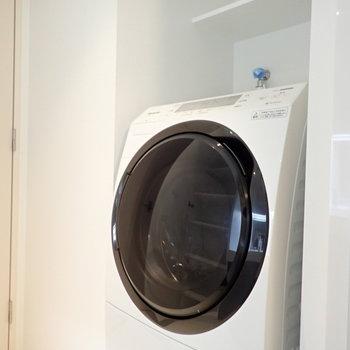 反対側には洗濯機です。(※写真は4階の同間取り別部屋のものです)