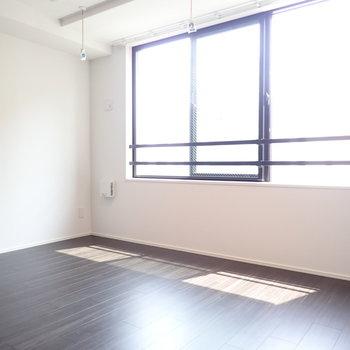洋室はベッドと収納も置けそう。(※写真は4階の同間取り別部屋のものです)