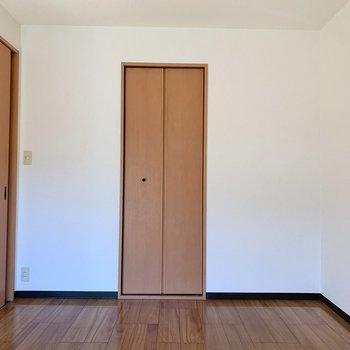 【洋室5.9帖】こちらのお部屋は寝室にしてもいいかも※写真は1階の同間取り別部屋のものです