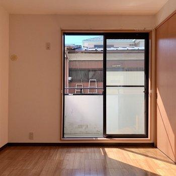 【洋室5.9帖】こちらも日差しがしっかり入り込んできます※写真は1階の同間取り別部屋のものです