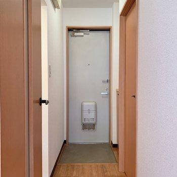 玄関やサニタリーに繋がる通路になります※写真は1階の同間取り別部屋のものです