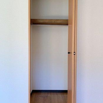 【洋室5.9帖】縦の長さがあるので、コート類も掛けれます※写真は1階の同間取り別部屋のものです