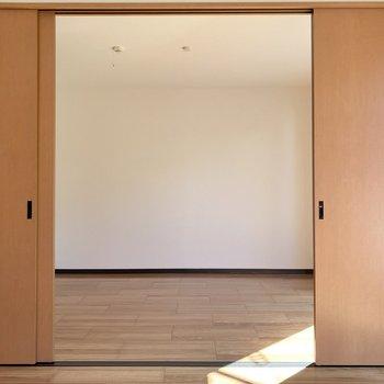 【DK】スライドドアを開ければ、約5.9帖の洋室に繋がっています※写真は1階の同間取り別部屋のものです