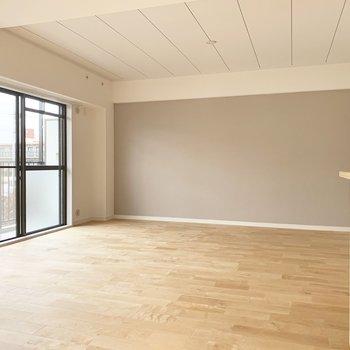 【LDK】アクセントクロスは優しい色。無垢床とよく合います◎※写真は前回募集時のもの