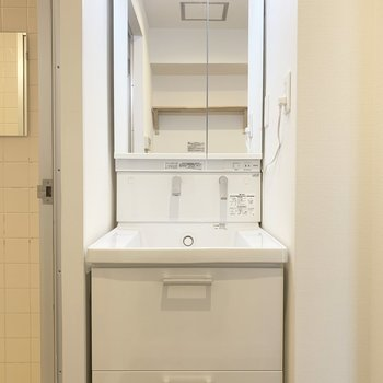 独立洗面台もたっぷり収納力ありますね。※写真は前回募集時のもの