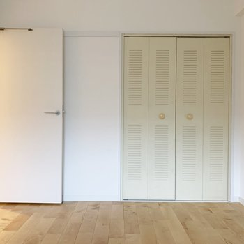 【洋室4.9帖】お次は少し小さめのお部屋。※写真は前回募集時のもの
