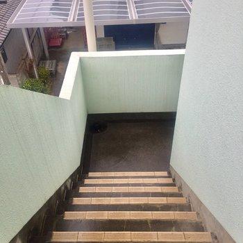 階段は屋根がついています。