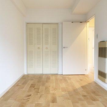 【洋室5.4帖】長方形でベッドを置きやすそうです。※写真は前回募集時のもの