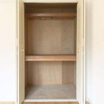 【洋室4.9帖】こちらも押入れタイプの収納です。こちらには本などを入れてもいいですね◎※写真は前回募集時のもの