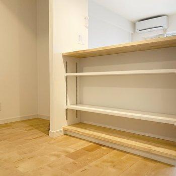 キッチン側からみたカウンター。可動式の棚になっていて、食器置き場に◎隣は冷蔵庫置場です。※写真は前回募集時のもの