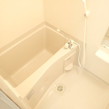 お風呂は普通。(※写真は1階の反転間取り別部屋のものです)