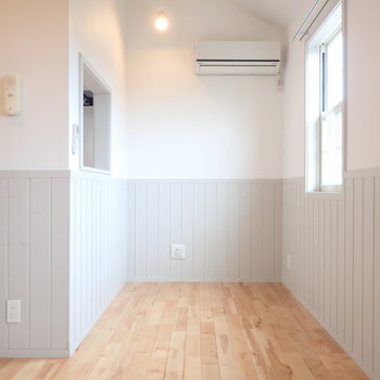 キッチンの前に小さめのダイニングテーブルを置きたい!(※写真は1階の反転間取り別部屋のものです)