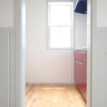 キッチンはやや独立型。キッチンの後ろに冷蔵庫が置けます。(※写真は1階の反転間取り別部屋のものです)