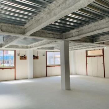 普通のオフィスより天井が高く、