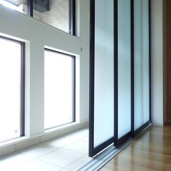 すりガラス風な引き戸と白タイルが綺麗!(※写真は1階の反転間取り別部屋のものです)