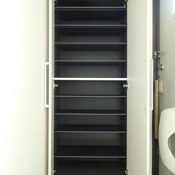 シューズボックスも容量たっぷり(※写真は1階の反転間取り別部屋のものです)