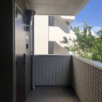 共用部廊下は屋根付きで雨の日でも濡れる心配がありません。