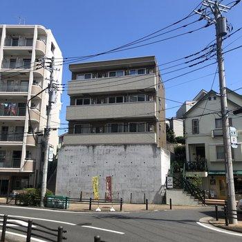 建物自体がコンクリートで底上げされているので2階ですが4階と同じくらいの高さです。