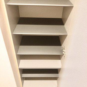 シューズボックスは高さ調節が可能です。