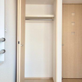 クローゼットはコンパクトめなので収納ボックスを活用したりするのがおすすめです。
