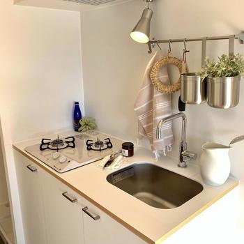真っ白なキッチン。バーもついているので、吊る収納もできますよ。(※小物はイメージになります)