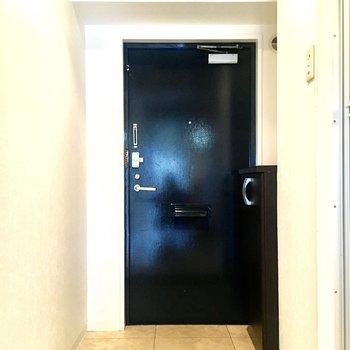 ゆとりのある玄関。シューズボックス上でインテリアも楽しめそう♪