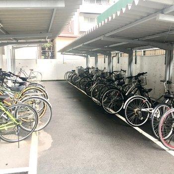敷地内の奥には駐輪場。
