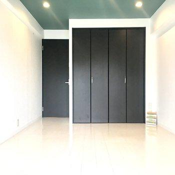 黒い扉がお部屋をきゅっと引き締めてくれています。