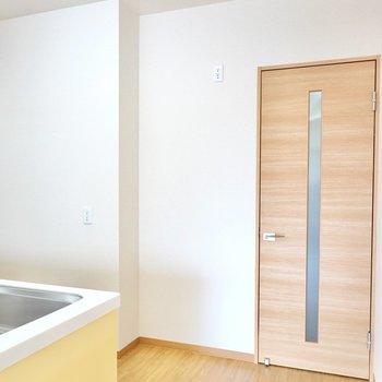 冷蔵庫置場は背面側のドアの横。