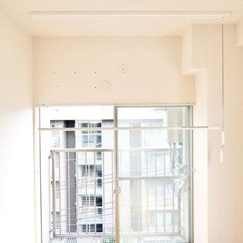 窓の前には収納できる竿受けがあるので、こちらで部屋干しが可能◎