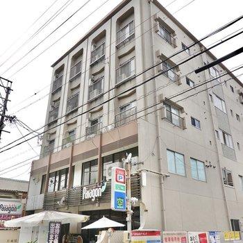 1階と2階にセンスの良いお店が集まるマンションの5階にお部屋はあります。
