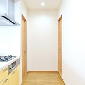 キッチンの奥にはドアが2つ。左が洋室、右が脱衣所へと繋がっています。