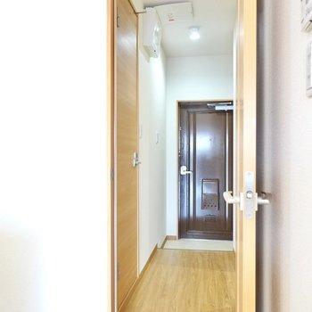 トイレは玄関側に出て左に。