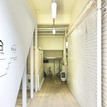 お部屋への階段はこの奥にあります。メールボックスや駐輪場もこちらに。