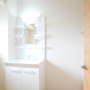 脱衣所に入ると新しい洗面台がお出迎え。その右にはパン無しタイプの洗濯機置場が。