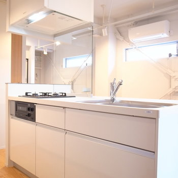 頼りがいのあるキッチンです!背面には棚もいっぱい。