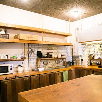 【共用部】共用のキッチン。設備が揃い便利ですね。