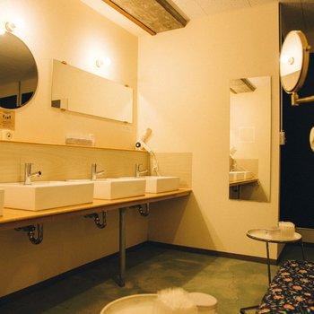 【共用部】お洒落な鏡や洗面台が並びます。