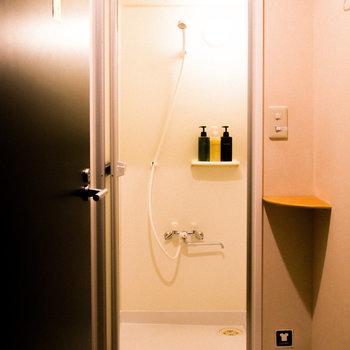 【共用部】シャワールーム。棚付きなのが嬉しい◎