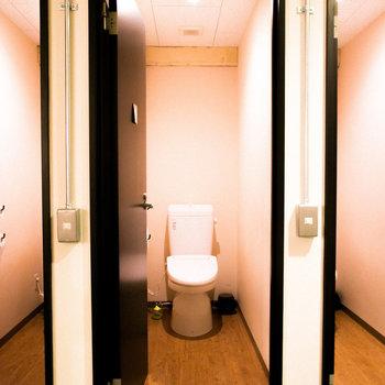【共用部】清潔感のあるトイレ。