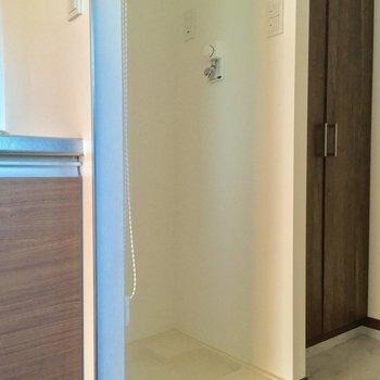 こちらの洗濯機置場はロールスクリーンで隠せます※写真は2階の反転間取り別部屋のものです