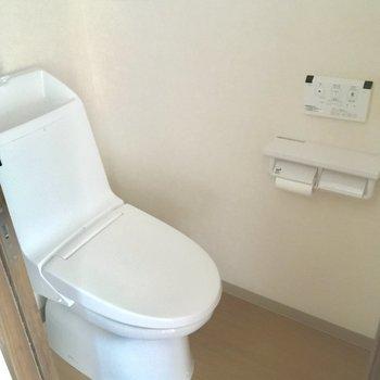 トイレももちろん個室!ウォシュレット付きが嬉しい※写真は2階の反転間取り別部屋のものです