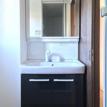 独立洗面台がいいね!※写真は2階の反転間取り別部屋のものです