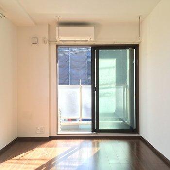 窓際にベッドを置こうかな?※写真は2階の反転間取り別部屋のものです